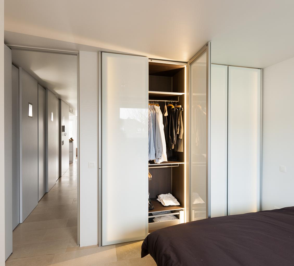 Inbouwkasten op maat met glazen deuren dress a way for Slaapkamer garderobekasten