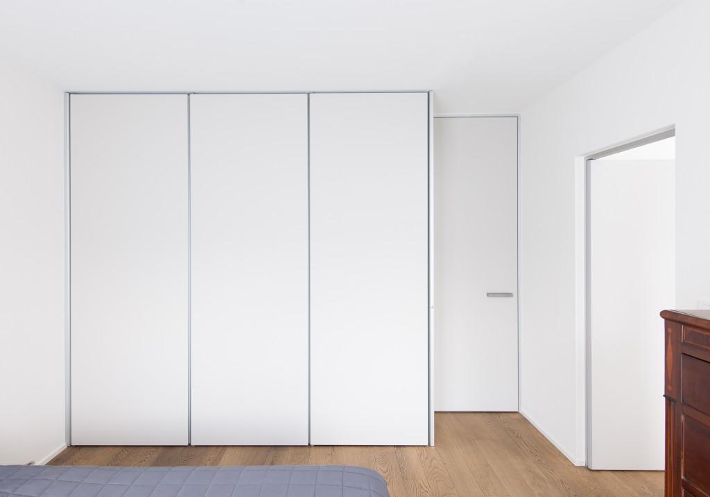 Dressing kast met deuren met badkamerdeur er tegenaan